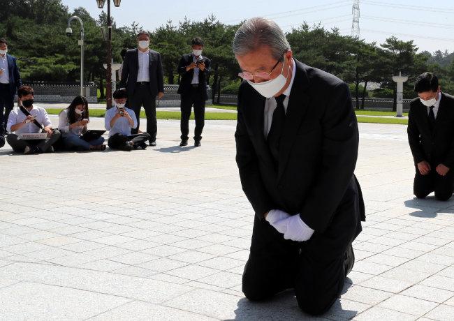 김종인 당시 미래통합당 비상대책위원장이 8월 19일 오전 광주 북구 운정동 국립5·18민주묘지를 찾아 5월 영령 앞에 무릎을 꿇고 참배하고 있다.  [뉴시스]
