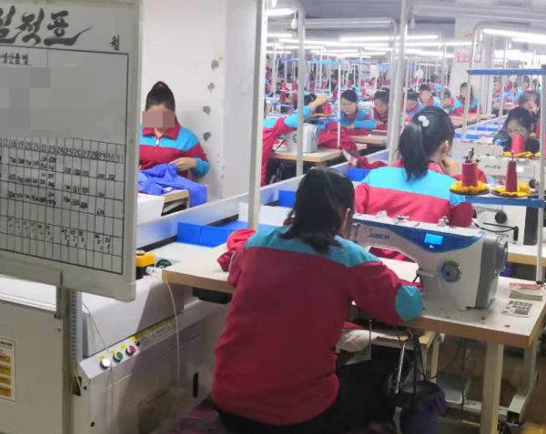 올해 5월 촬영한 중국 단둥의 한 봉제공장. 북한 노동자들이 일하고 있다.