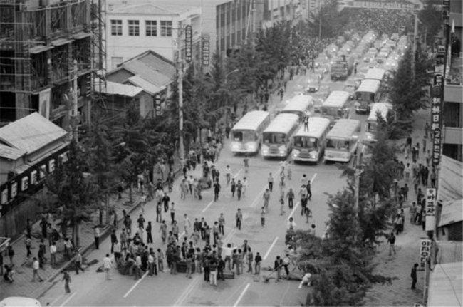 5·18민주화운동 당시 대형 버스를 앞세우고 시위 중인 광주시민과 학생들. [한국민족문화대백과사전]