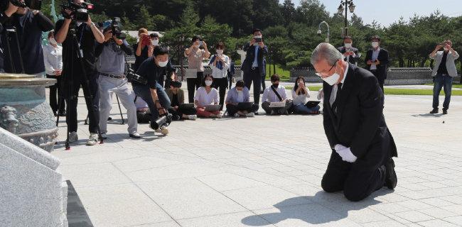 8월 19일 김종인 국민의힘 비상대책위원장이 광주 북구 운정동 국립 5·18민주묘지를 찾아 무릎 꿇고 참배하고 있다. [동아DB]
