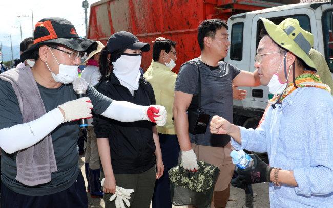 8월 13일 전북 남원군 금지면 집중호우 피해지역인 용전마을을 찾은 주호영 국민의힘 원내대표. [뉴스1]