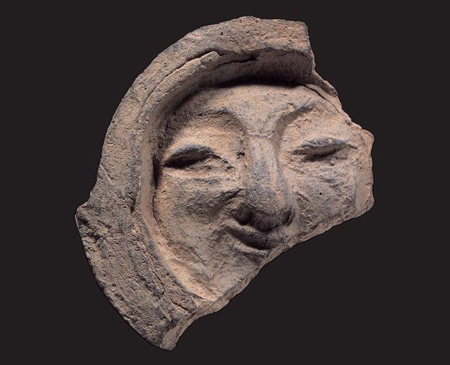 신라의 고도 경주를 대표하는 유물 중 하나인 얼굴무늬 수막새. [문화재청 제공]