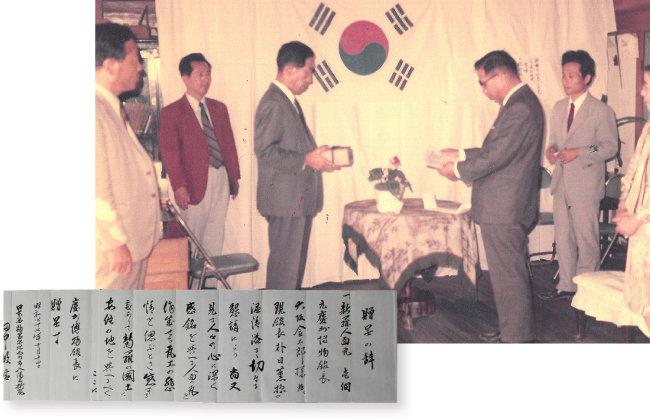 다나카 도시노부(田中敏信·1905~1993)가 경주박물관에 얼굴무늬 수막새를 기증하고 있다(위). 기증 당시 다나카가 경주박물관에 전달한 기증서. [경주박물관 제공]