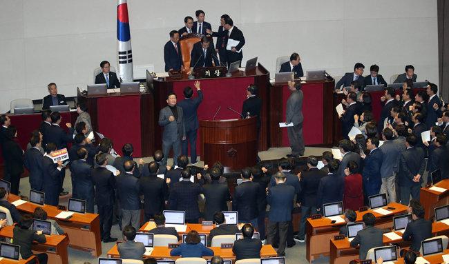 2019년 12월 23일 열린 국회 본회의에서 야당 의원들이 문희상 당시 국회의장에게 항의하고 있다. [양회성 동아일보 기자]