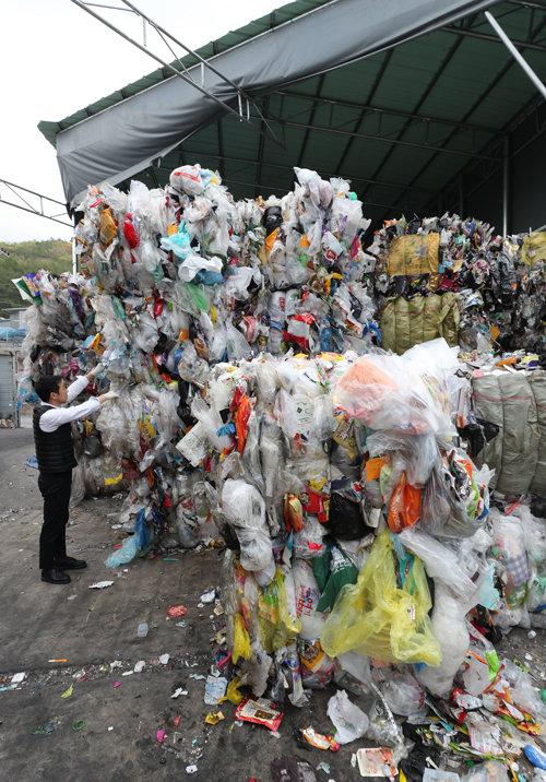 경기 포천시 한 재활용품 수거업체 직원이 수거한 폐비닐 더미를 살피고 있다. [동아DB]