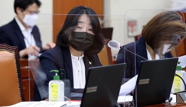 윤미향 더불어민주당 의원이 9월 15일 국회 환경노동위원회 전체회의에서 질의하고 있다. [김동주 동아일보 기자]