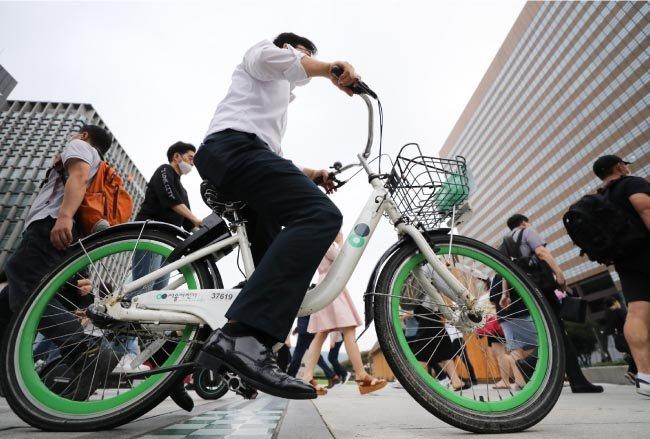 8월 12일 한 시민이 서울시 공공 자전거 '따릉이'를 타고 출근하고 있다. [뉴스1]