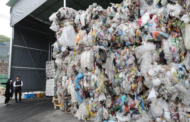 경기 포천시 재활용품 수거업체에 쌓인 폐비닐과 폐플라스틱. [동아DB]