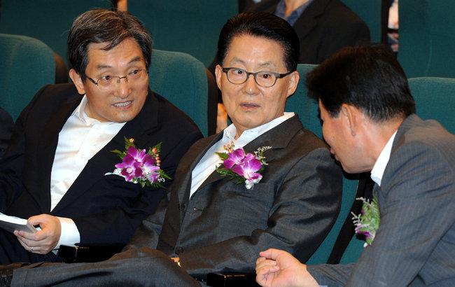 2012년 7월 16일 박지원 당시 민주통합당 원내대표(가운데)가 서울 여의도 국회도서관 대강당에서 열린 신성장산업포럼 창립기념 '스마트러닝 세미나'에서 포럼 공동대표인 노영민(왼쪽), 김진표 의원과 얘기를 나누고 있다. [뉴스1]