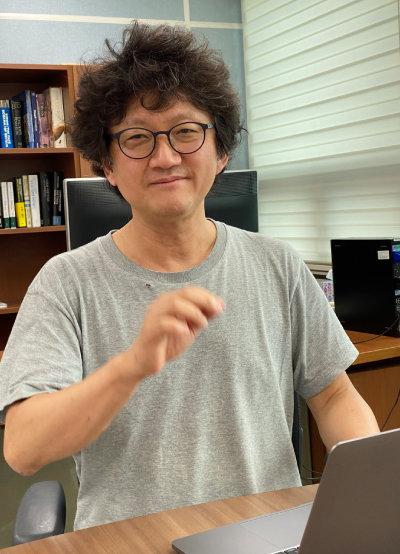 헝클어진 곱슬머리에서 천재의 기운이 느껴지는 김민형 교수.  [허문명 기자]
