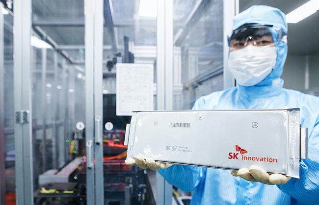 SK이노베이션이 생산한 리튬이온배터리를 들고 있는 연구원. [SK이노베이션 제공]