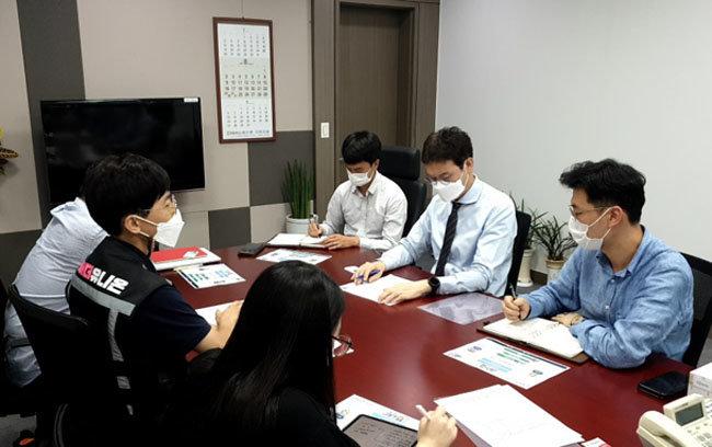 9월 9일 김웅 의원(오른쪽에서 두 번째)은 서울 영등포구 국회의원회관 사무실에서 '라이더유니온' 관계자를 만났다. [김웅 의원 제공]