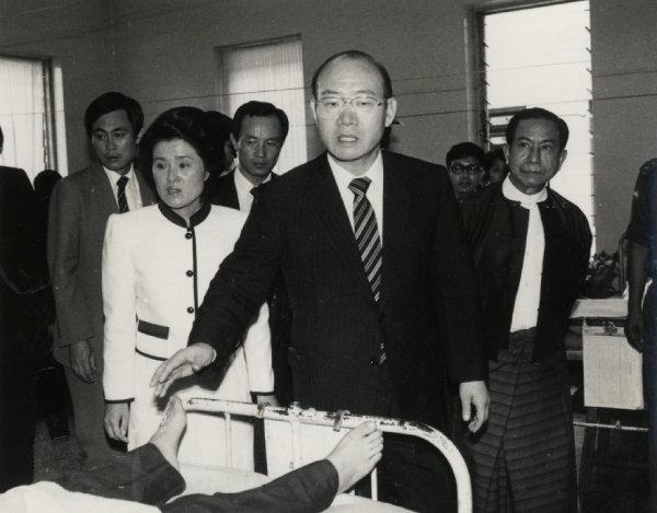 1983년 10월 9일 아웅산 묘소 테러 사건 직후 전두환 대통령 내외가 부상자가 수용된 버마 육군병원을 찾았다. [동아DB]