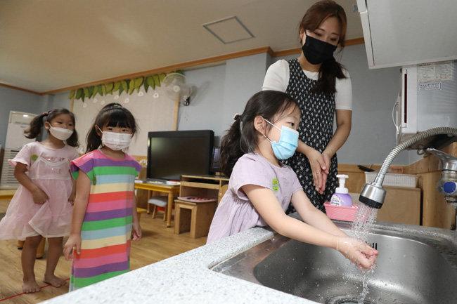 6월 1일 대구 달서구 본영어린이집에서 어린이들이 선생님에게 손 씻는 법을 배우고 있다. [뉴스1]