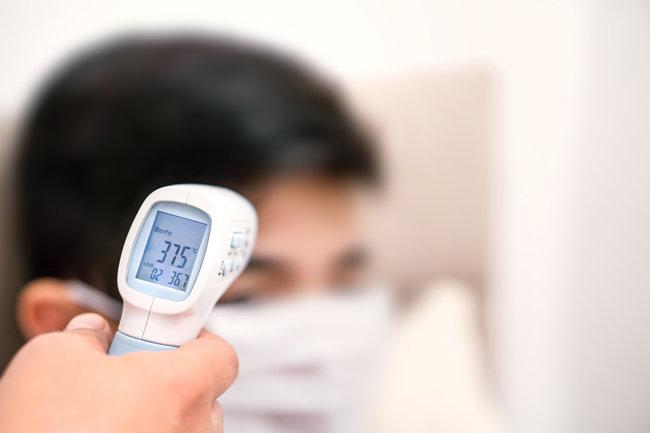 전문가들은 '체온 37.5도'가 코로나19 감염의 절대 지표는 아니라고 말한다. [GettyImages]