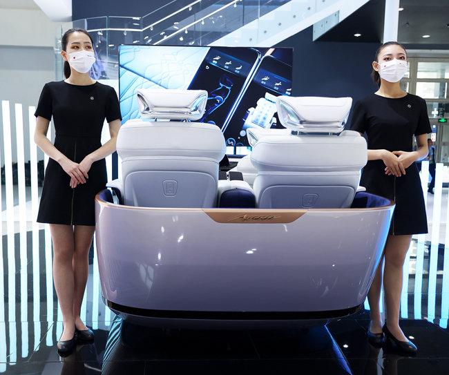 9월 27일 베이징모터쇼 한 전시장에서 모델이 마스크를 착용하고 서 있다. [GettyImage]