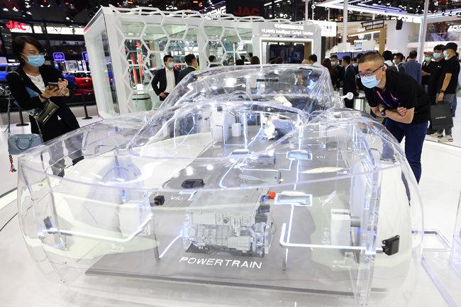 9월 27일 한 관람객이 베이징모터쇼 화웨이 부스에 전시된 모형차를 유심히 바라보고 있다. [GettyImage]