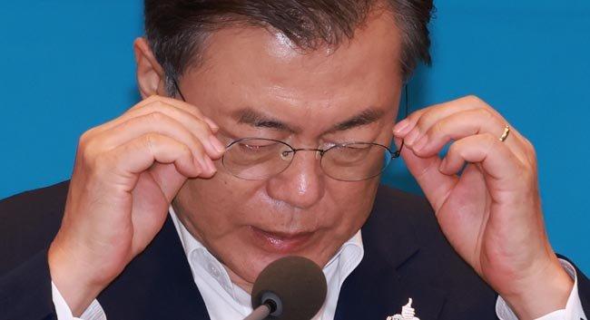 9월 28일 오후 청와대에서 문재인 대통령이 수석·보좌관 회의를 주재하며 안경을 매만지고 있다. [청와대사진기자단]