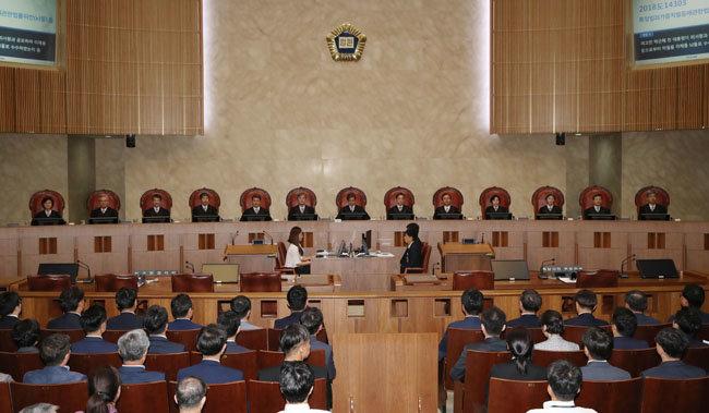 2019년 8월 29일 서울 서초구 대법원 대법정에서 방청객들이 이른바 '국정농단' 사건 상고심 선고를 지켜보고 있다.