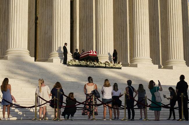 9월 23일 미국 워싱턴 연방대법원 앞에서 시민들이 고(故) 루스 베이더 긴즈버그 연방대법관이 안치된 관을 향해 조의를 표하고 있다. [워싱턴=AP 뉴시스]