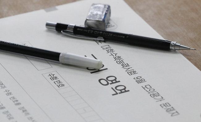 2020년 전국연합학력평가(수능 전 마지막 모의평가)가 실시된 9월 16일 대전 중구 동산고 고3 교실에 문제지가 놓여 있다. [뉴스1]
