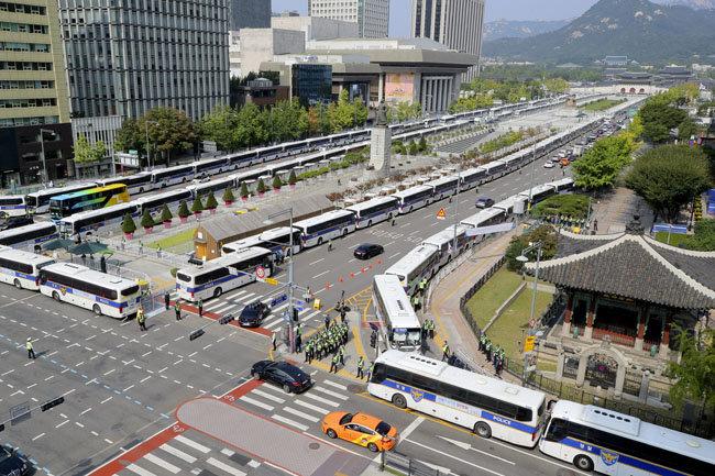 10월 3일 경찰버스 300여 대가 서울 광화문광장 일대를 둘러쌌다. [원대연 동아일보 기자]