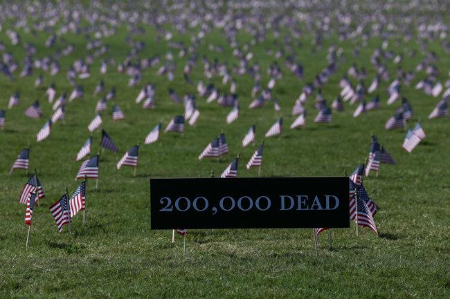 9월 22일(현지 시간) 미국 수도 워싱턴 '내셔널 몰' 잔디광장 풍경. 코로나19 희생자를 추모하는 의미로 성조기가 꽂혀 있다. [GettyImage]