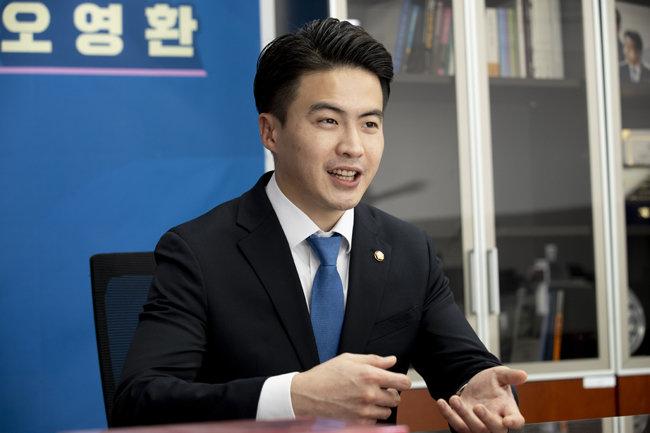 """오영환 민주당 의원은 """"가연성 건축자재 사용을 금지해야 한다""""고 강조했다. [지호영 기자]"""