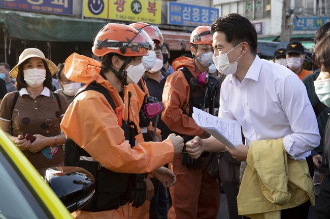 9월 22일 오영환 더불어민주당 의원이 서울 동대문구 청량리동 청과물시장 화재 현장에서 소방관들을 격려하고 있다.   [지호영 기자]