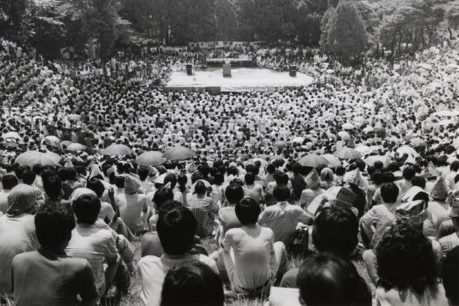 민주화운동이 한창이던 1987년 7월 3일 서울 서대문구 연세대 노천극장에서 학생과 시민 등 1만5000여 명이 참석한 시국대토론회가 열렸다. [동아DB]