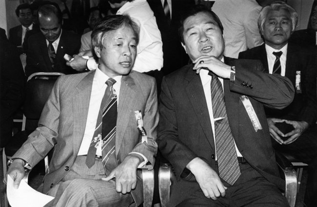 1985년 8월 15일 민주화추진협의회 사무실에서 열린 '광복 40주년 기념식'에 참석한 김영삼(왼쪽), 김대중 전 대통령.
