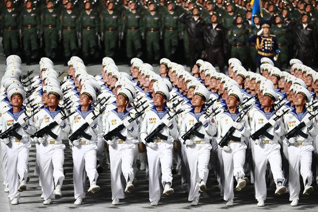 10월 10일 노동당 창건 75주년 열병식에 참석한 북한 해군이 신형 총기를 들고 있다. 이 신형 총기는 중국 인민해방군 단축형 불펍식 소총 QBZ-95B와 외관이 거의 같다. [노동신문=뉴스1]