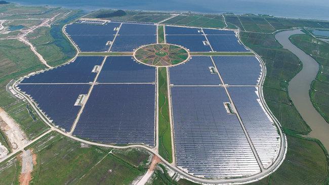중견 건설사 ㈜한양이 6월 29일 전남 해남군 구성지구 솔라시도 일대에 국내 최대 규모 태양광발전소(축구장 190개 규모)를 한국남부발전, KB자산운용 및 에너지인프라자산운용 등과 함께 준공했다. 전력 생산량은 연간 약 129기가와트시(GWh)로 2만7000여 가구가 1년 동안 쓸 수 있는 규모다.