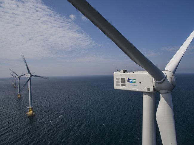 국내 첫 상업용 해상풍력발전소인 제주 탐라해상풍력 단지. 두산중공업이 설치한 발전기 10기(30MW)에서 나오는 전기로 제주도민 약 2만4000가구가 사용할 수 있다.  [두산중공업 제공]