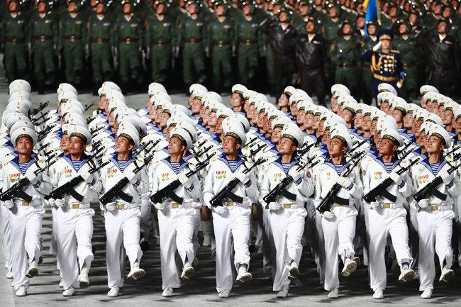 10월 10일 노동당 창건 75주년 열병식에 참석한 북한 해군이 신형 총기를 들고 있다. 이 신형 총기는 중국 인민해방군  단축형 소총 QBZ-95B와 외관이 거의 같다. [노동신문=뉴스1]