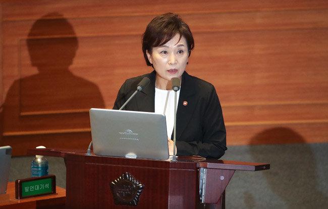 7월 23일 김현미 국토교통부 장관이 국회 대정부질문에서 질의에 답하고 있다. [뉴시스]