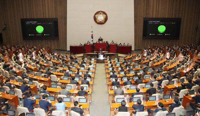 9월 22일 서울 여의도 국회에서 열린 본회의에서 '2020년도 제4회 추가경정예산안'이 통과됐다. [뉴스1]