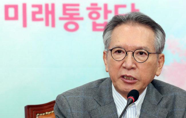 김형오 당시 미래통합당 공천관리위원장이 3월 13일 서울 여의도 국회에서 사퇴 기자회견을 하고 있다.  [뉴스1]
