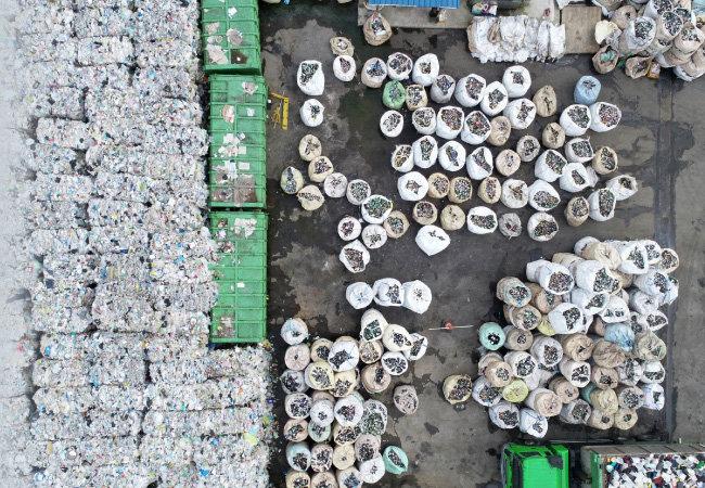 경기 수원시 자원순환센터 야적장에 쌓인 폐플라스틱. 폐플라스틱 처리가 곤란해지자 일각에서는 썩는 플라스틱을 사용해야 한다는 의견이 나온다. [동아DB]