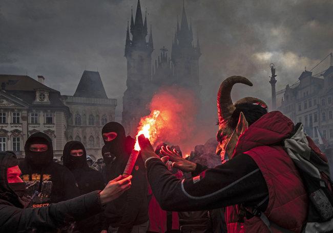 10월 18일 정부의 코로나19 방역을 위한 봉쇄조치에 항의하는 시위대가 체코 프라하 '올드타운' 광장에서 시위에 사용할 조명탄을 들어 보이고 있다. [GETTYIMAGES]