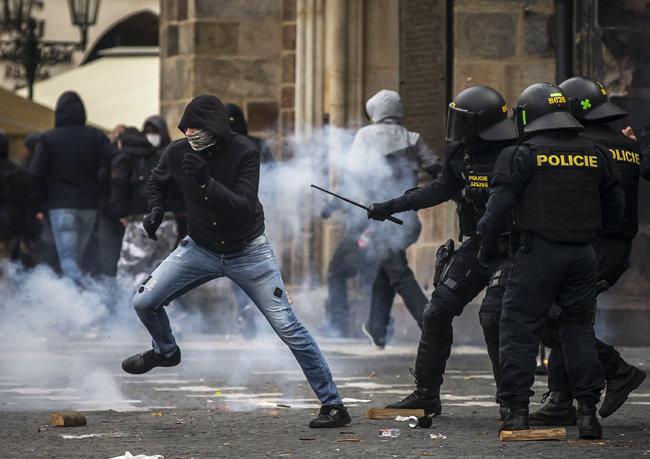 10월 18일 최루탄이 난무하는 가운데 경찰과 대치 중인 시위대. [GETTYIMAGES]