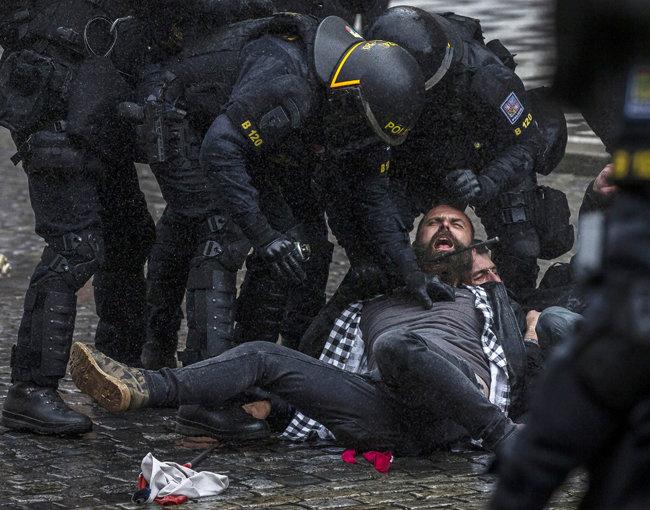체코 경찰이 극렬 시위자를 체포하고 있다. [GETTYIMAGES]