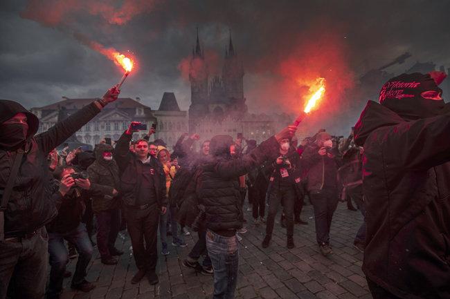코로나 봉쇄조치 항의하는 프라하의 시위는 해가 지고도 계속됐다. [GETTYIMAGES]