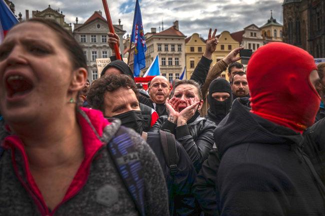 시위 참가자들이 정부의 봉쇄 조치에 항의해 고함을 지르고 있다. [GETTYIMAGES]