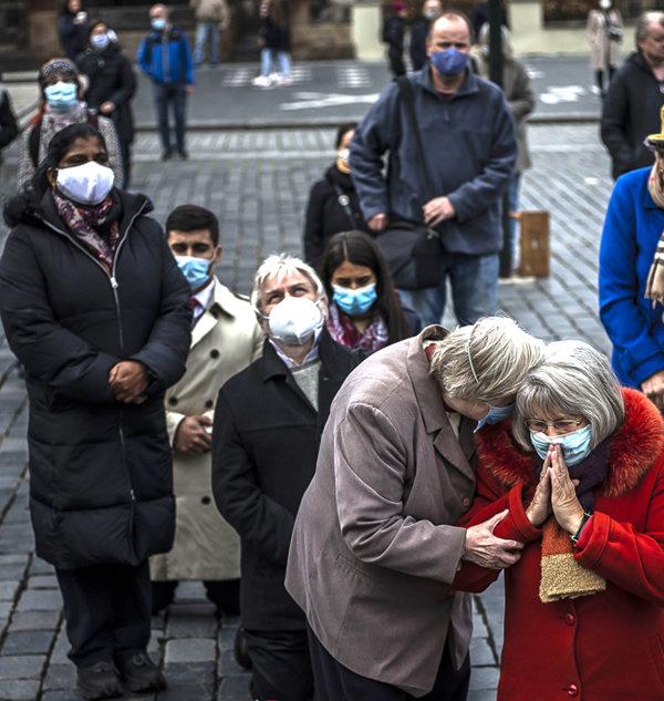 프라하 시민들이 코로나19 사태가 진정되기를 바라며 '올드타운' 광장에서 기도하고 있다. [GETTYIMAGES]