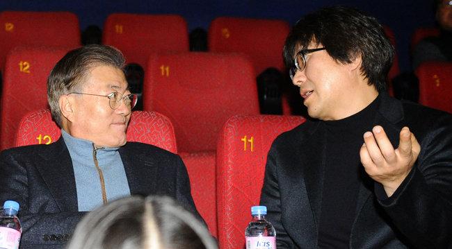 2016년 12월 18일 문재인 대통령이 부산의 한 영화관에서 영화 '판도라'를 관람하기 전 박정우 감독과 대화를 나누고 있다. [뉴스1]