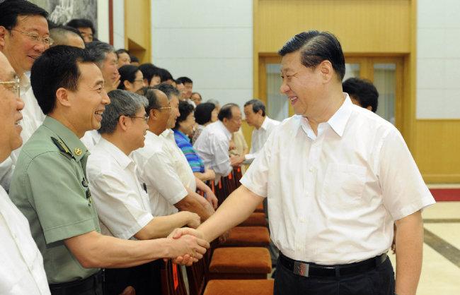 2012년 8월 5일 중국 허베이성 베이다이허(北戴河)에서 시진핑 당시 국가 부주석(오른쪽)이 과학기술자 등 초대받은 전문가와 악수를 나누고 있다.  [뉴시스]