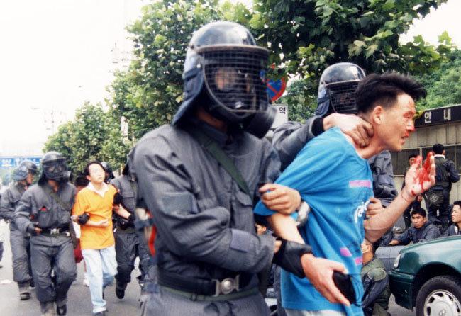 1996년 이른바 '한총련 연세대 사태'. [동아DB]