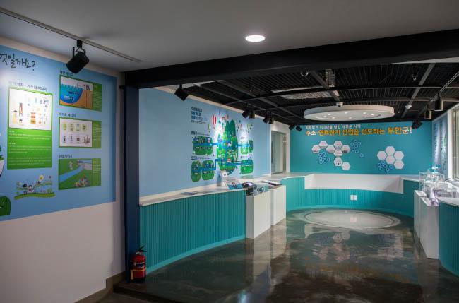 부안군청 앞 수소연료전지 홍보관 '수소하우스' 내부. 수소연료전지의 원리를 이해할 수 있는 체험 시설이 갖춰져 있다. [조영철 기자]