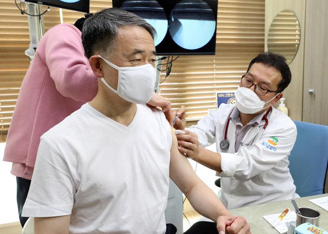 박능후 보건복지부 장관이 10월 27일 세종시 한 병원에서 독감 백신을 맞고 있다. [뉴스1]